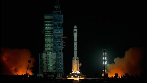 91327458 gettyimages 127558651 حطام محطة الفضاء الصينية تيانقونغ 1 يصل الأرض خلال أيام