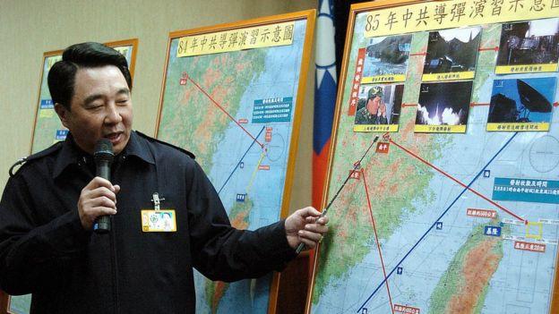 资料图片:2006年台湾国防部发言人展示1996年中国导弹演习示意图