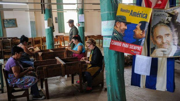 Un cartel de Fdel Castro y Hugo Chávez en un negocio de La Habana