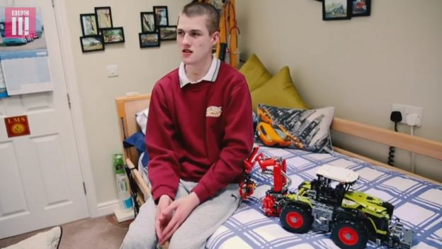Liam Derbyshire en su habitación