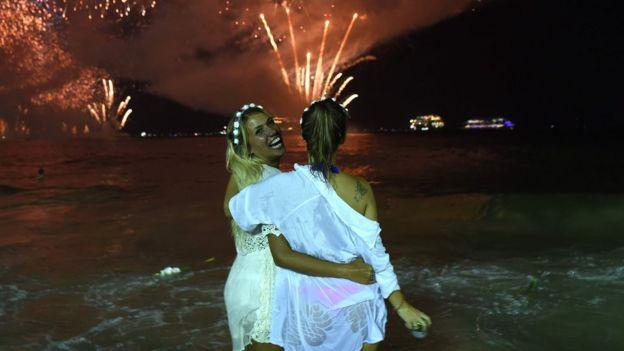 Dos jóvenes en la playa de Copacabana
