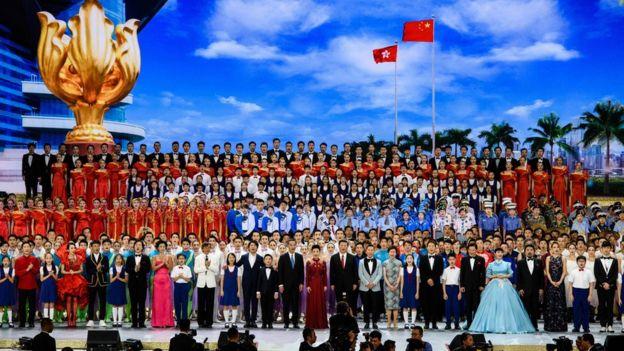 El presidente de China, Xi Jinping (en el centro de la imagen con corbata roja), durante las celebraciones en Hong Kong, 30 de junio de 2017
