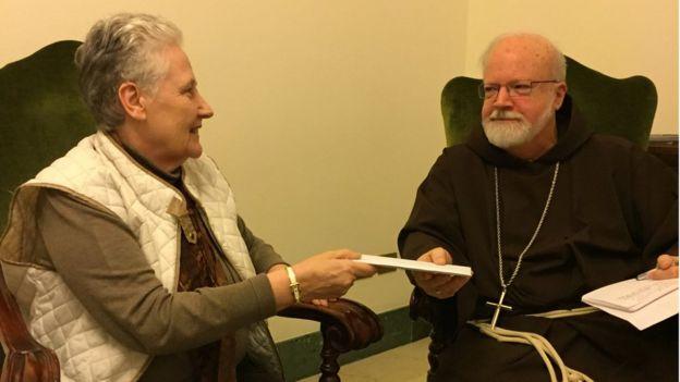 Marie Collins y el cardenal O'Malley.