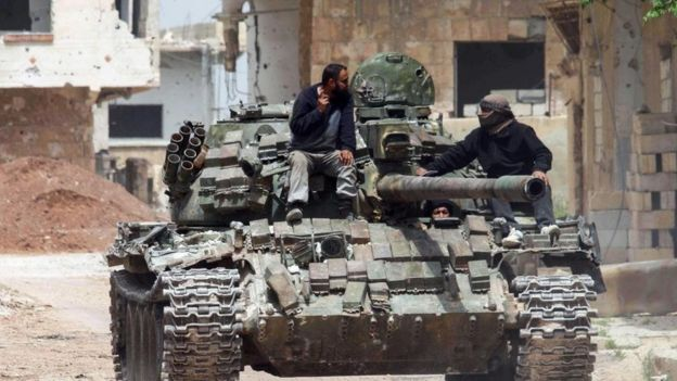 tank üstünde iki adam
