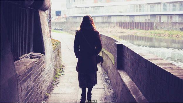 yalnız yürüyen kadın