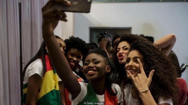 Chicas con sus teléfonos móviles.