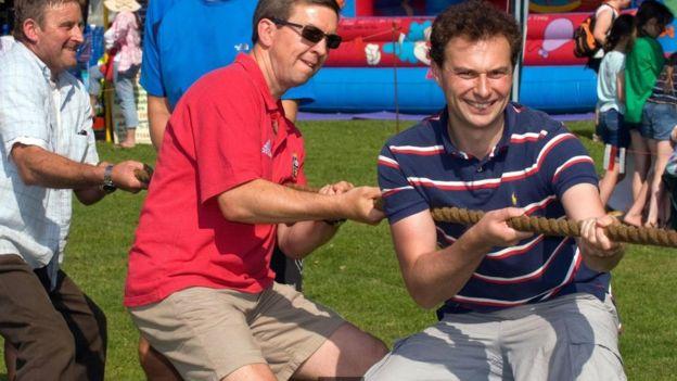 Hombres jugando el juego de tirar de la cuerda