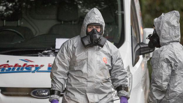 Los investigadores trabajan en la zona del ataque en Salisbury con trajes de protección.