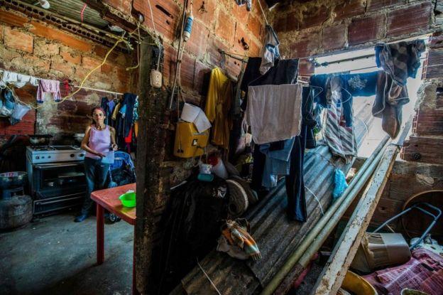 Mujer en una casa del barrio Petare, en Caracas, Venezuela.
