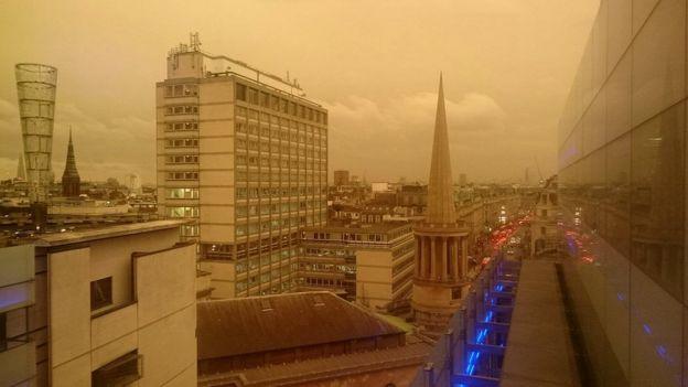 Частицы пыли и песка в атмосфере, принесенные ураганом, погрузили Лондон в желтоватые сумерки в разгар дня