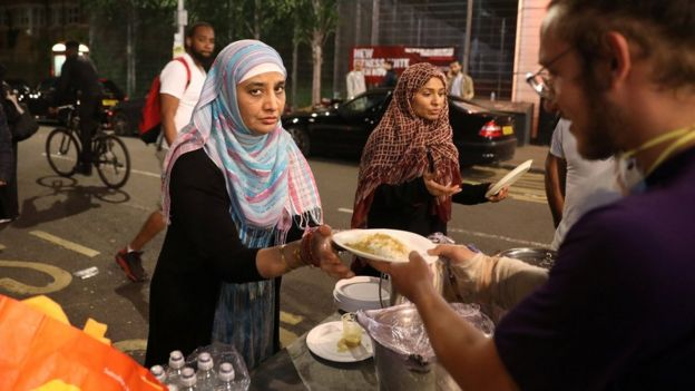 Mujer sirviendo alimentos