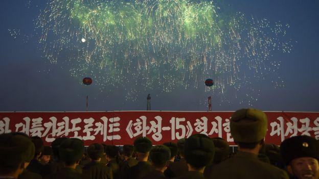 """12月1日,朝鲜士兵观看烟火,庆祝""""导弹试射成功""""。"""