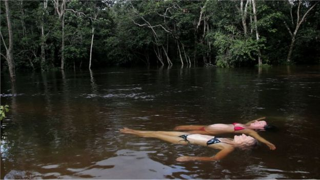 Valerie Maikle, Val, y Clare Weiskopf en el agua. (Foto: Clare Weiskopf / Amazona)