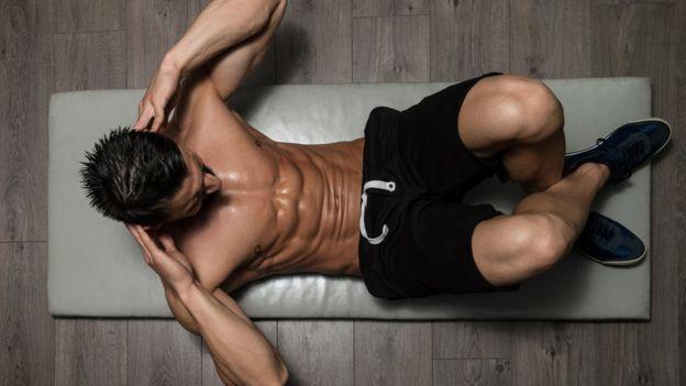 Hombre haciendo abdominales