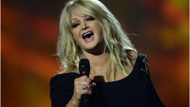 Bonnie Tyler cantando.