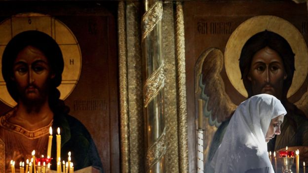 Mulher em igreja cristã ortodoxa