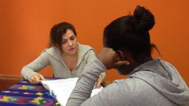 Beatriz Affonso, diretora do programa do Cejil para o Brasil, e Y., irmã de vítima