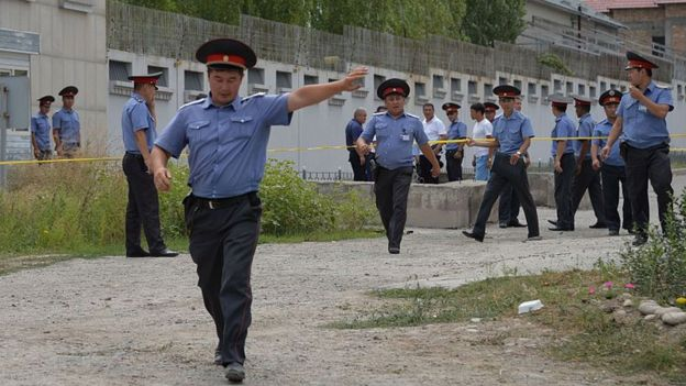 киргизские полицейские у посольства КНР в Бишкеке 30 августа, 2016 г.