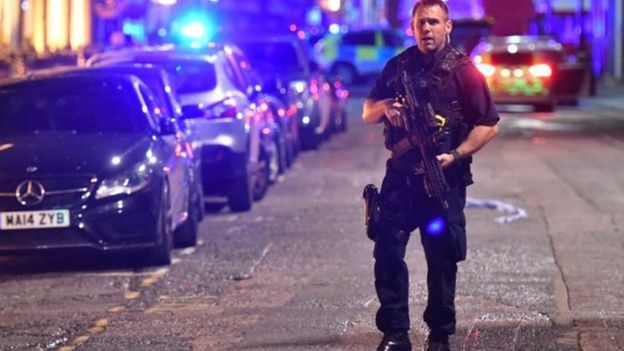 Policial armado patrulha região no centro de Londres após incidente com van na London Bridge