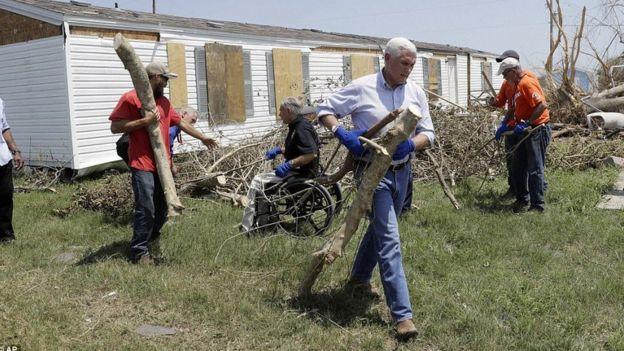 Mike Pence akisaidia kusafisha sehemu zilizoathirika Texas