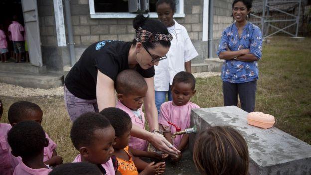 Katy Perry, embajadora de buena voluntad de UNICEF, en un preescolar en Madagascar