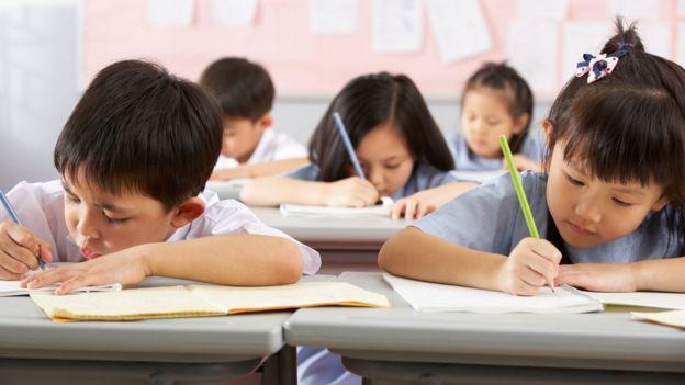 Crianças chinesas estudando