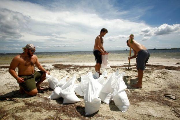 Los residentes de Tampa preparan bolsas de arena para evitar inundaciones, por si Irma pasa por su ciudad.