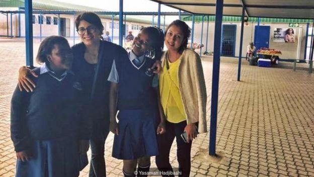 Yasaman Hadjibashi cùng một số sinh viên mà bà là người chỉ bảo.