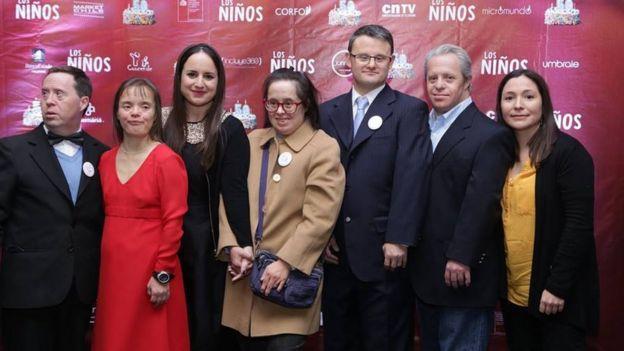 El elenco durante el estreno en Chile del documental Los Niños, de Maite Alberdi