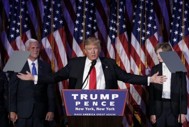 Trump compareció con un tono conciliador.