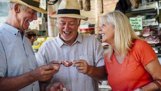 Tres turistas comiendo.