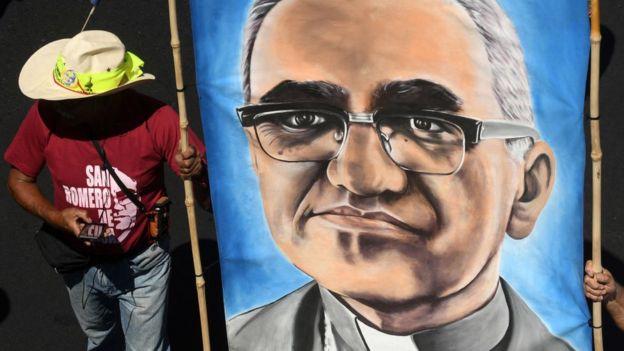 Manifestación celebrando el anuncio de la canonización de Monseñor Romero.