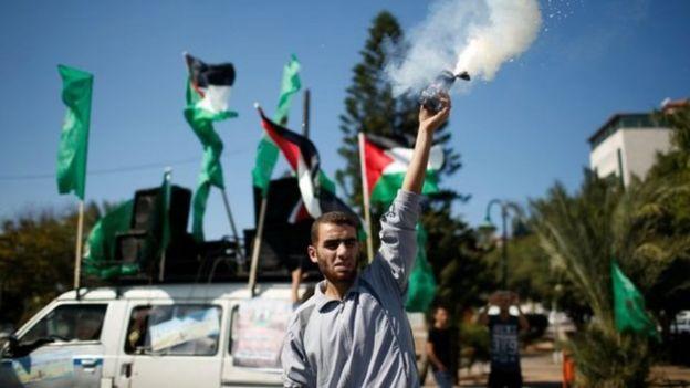 Bir Filistinli 12 Ekim'de Hamas ile El Fetih arasında varılan anlaşmayı kutluyor