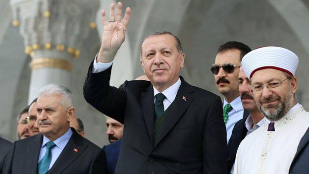 O presidente turco, Tayyip Erdogan, cumprimenta as pessoas durante a cerimônia de abertura de uma mesquita em Ancara, Turquia, 27 de outubro de 2017