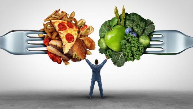 Ilustración de un hombre entre un bocado de brócoli y uno de pizza