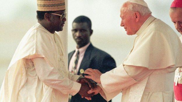 Abacha estrecha manos con el Papa Juan Pablo II durante una visita a Nigeria en 1998.
