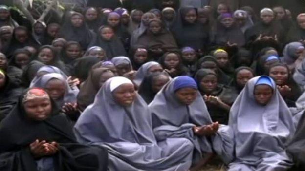 Jovens rezando