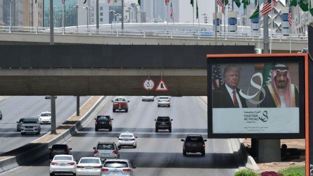 Una calle de Riad lista para recibir a Trump