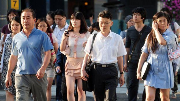 Surcoreanos cruzando una calle.