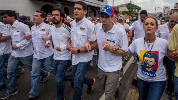 Lilian Tintori, Henrique Capriles y otros dirigentes opositores caminaron unidos de las manos.