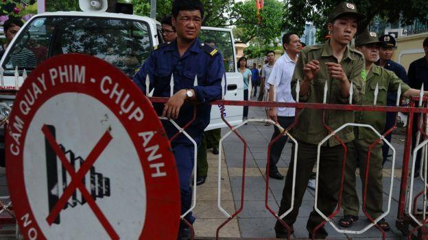 Biển cấm chụp ảnh trước Đại sứ quán TQ ở Hà Nội trong một đợt phản đối