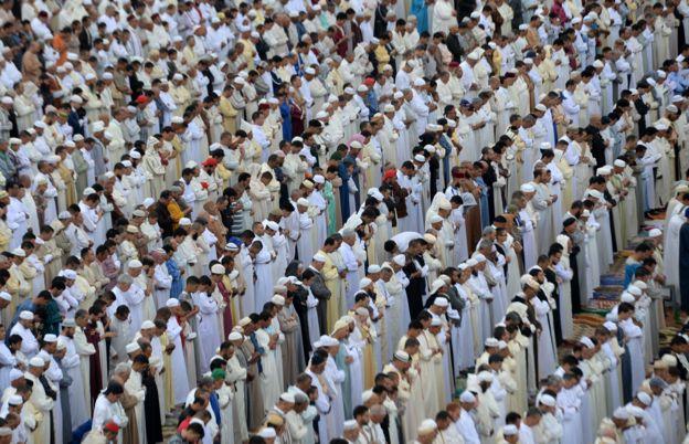 مصلون في خارج المسجد