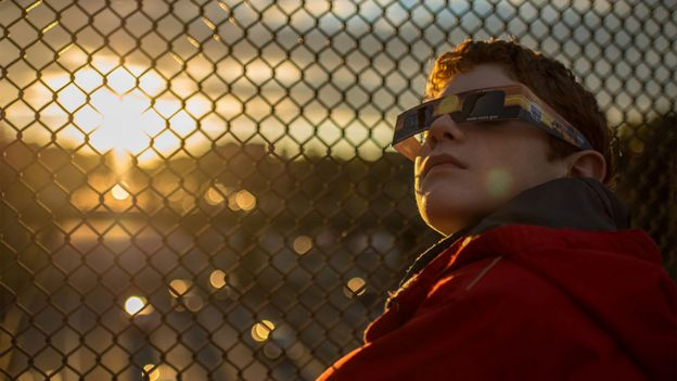 Niño con gafas especiales para ver el eclipse