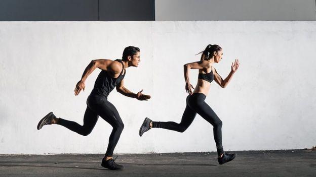 زن و مرد در حال دویدن