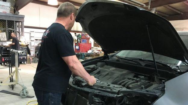 Bob (no es su nombre real) es iraquí, vive en EE.UU. desde los cuatro años, y podría ser deportado. En la imagen aparece arreglando un auto en su taller mecánico en Michigan.