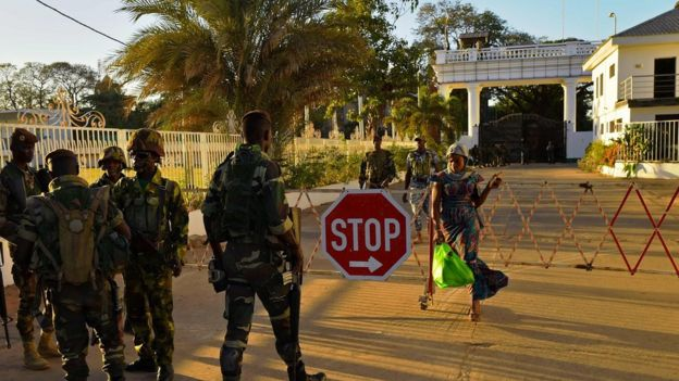 Ecowas soldiers guard State House in Banjul (24/01/2017)