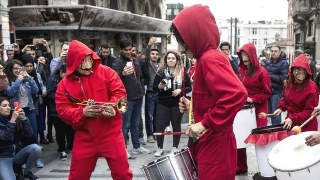 """Foto de manifestantes vestidos con los trajes de la serie """"La casa de papel""""."""