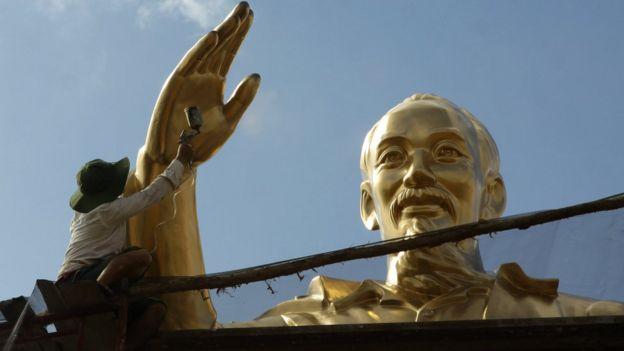 Sơn lại một bức tượng của Cố Chủ tịch Hồ Chí Minh tại Việt Nam