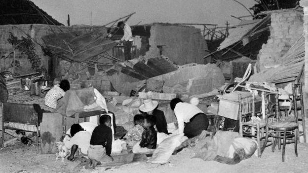 Familias tratando de construir refugios temporales con restos encontrados en las ruinas del terremoto de Perú de 1970