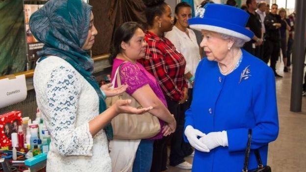 Ratu Elizabeth mengunjungi korban kebarakan di blok pemukiman di London.